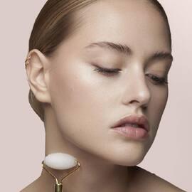 Profitez d'un moment de détente unique avec ce roller! Il stimule la circulation sanguine pour un grain de peau plus sain et plus ferme et détend la musculature du visage! #skincare #skinroutine #beauté #routinebeaute #visage #accessoiresbeauté